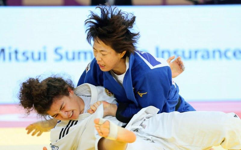 女子70キロ級決勝でロシア選手(下)を破り優勝した大野陽子=国際柔道連盟提供・共同