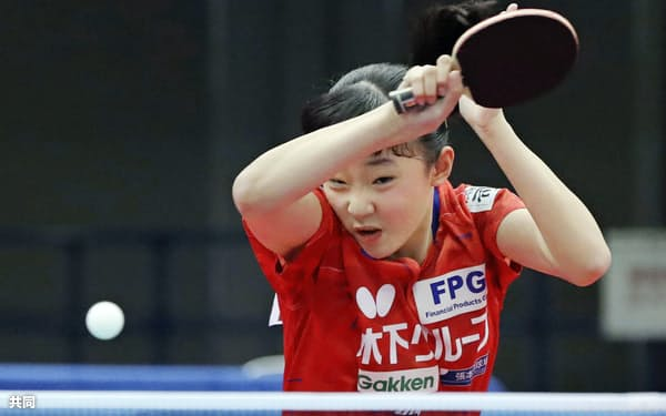 女子シングルス2回戦で敗れた張本美和(13日、丸善インテックアリーナ大阪)=共同