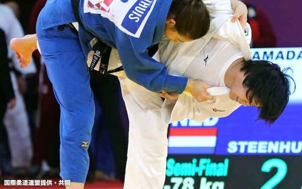 女子78キロ級準決勝 オランダ選手(左)を破り決勝進出の浜田尚里(13日、ドーハ)=国際柔道連盟提供・共同