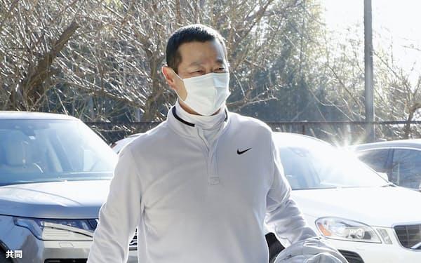 球場入りする巨人の桑田投手チーフコーチ補佐(14日、川崎市のジャイアンツ球場)=共同
