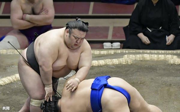貴景勝(左)が突き落としで琴勝峰を下す(14日、両国国技館)=共同
