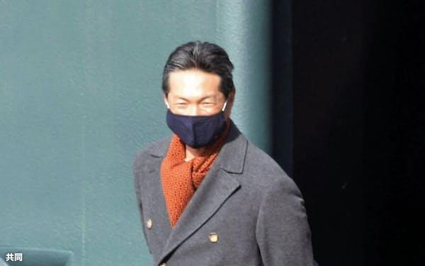 視察に訪れたソフトバンク・小久保ヘッドコーチ(15日、福岡県筑後市)=共同