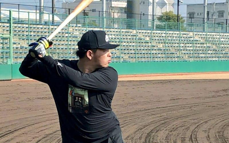 打撃練習に取り組む楽天の浅村(15日、愛媛県内)=球団提供・共同