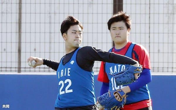 キャッチボールするDeNA・入江=左(16日、神奈川県横須賀市)=代表撮影・共同
