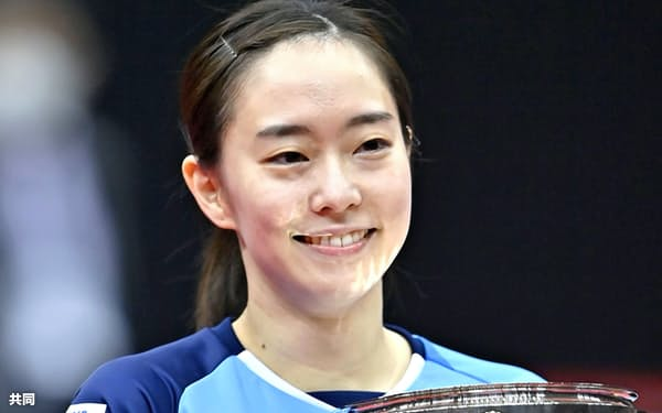 女子シングルスで優勝し、笑顔で皇后杯を手にする石川佳純(17日、丸善インテックアリーナ大阪)=共同
