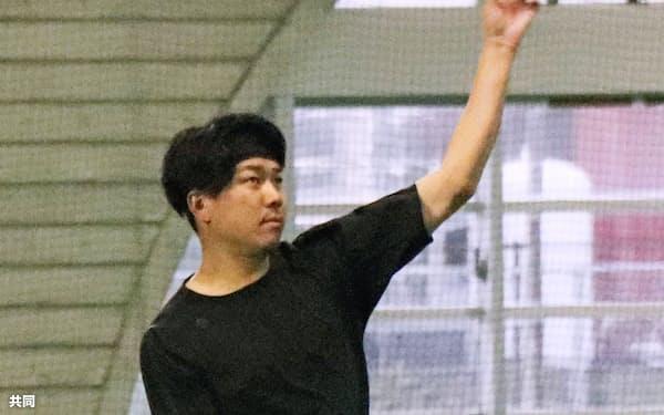 自主練習でキャッチボールする中日・大野雄(17日、北谷)=共同