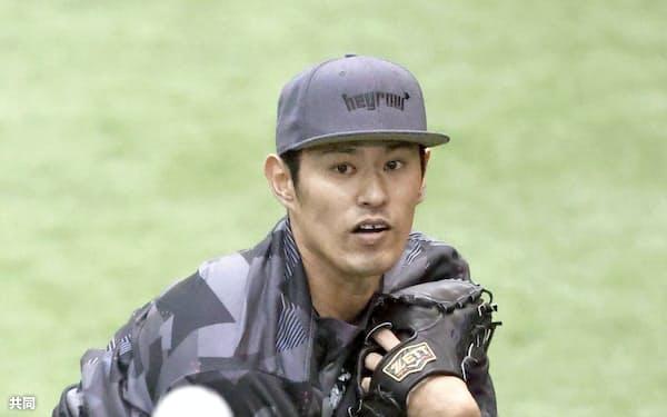 キャッチボールする巨人・井納(18日、川崎市のジャイアンツ球場)=共同