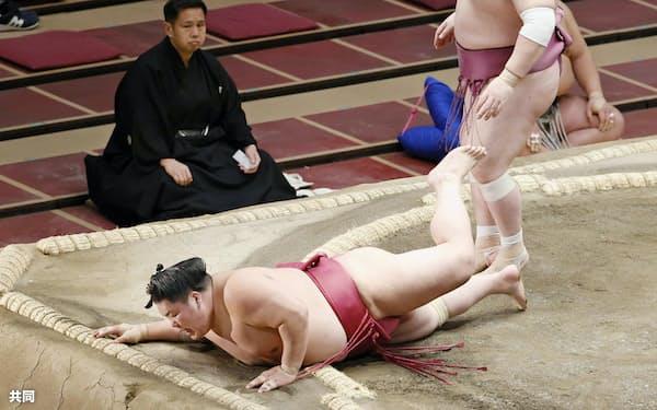 宝富士(右)にはたき込みで敗れた大栄翔(18日、両国国技館)=共同