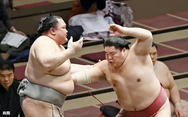 大栄翔が突き出しで北勝富士を破る(19日、両国国技館)=共同