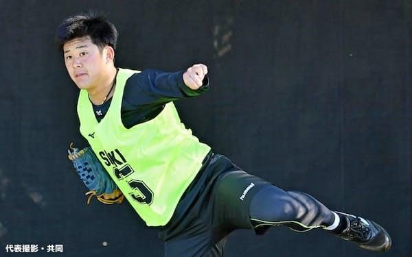 ブルペンで投球練習するロッテの鈴木(19日、さいたま市)=代表撮影・共同