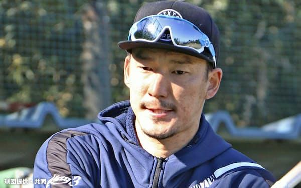 自主トレーニングでバットを振り込む巨人・梶谷(20日、神奈川県内)=球団提供・共同