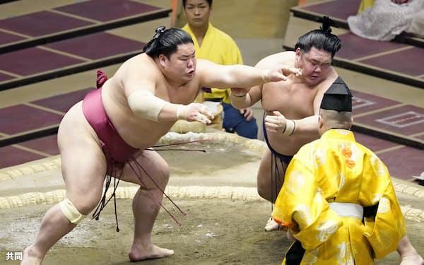 明生(右)を攻める大栄翔。突き落としで破る(21日、両国国技館)=共同