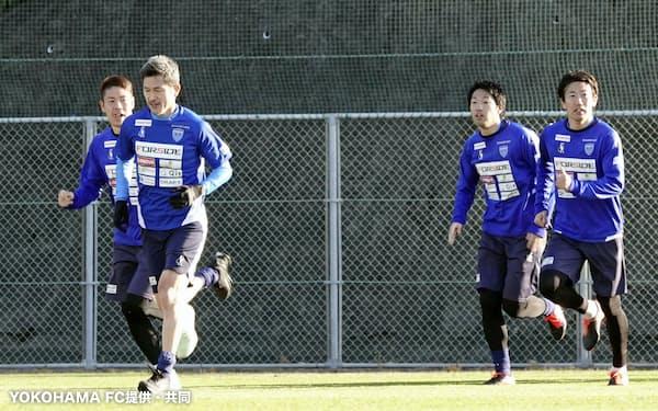 キャンプでランニングする横浜FCの三浦(左手前)ら(21日、和歌山県内)=YOKOHAMA FC提供・共同