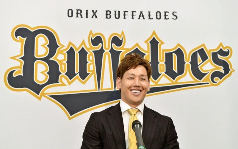 契約を更改し取材に応じるオリックスの吉田正(22日、大阪市)=代表撮影・共同