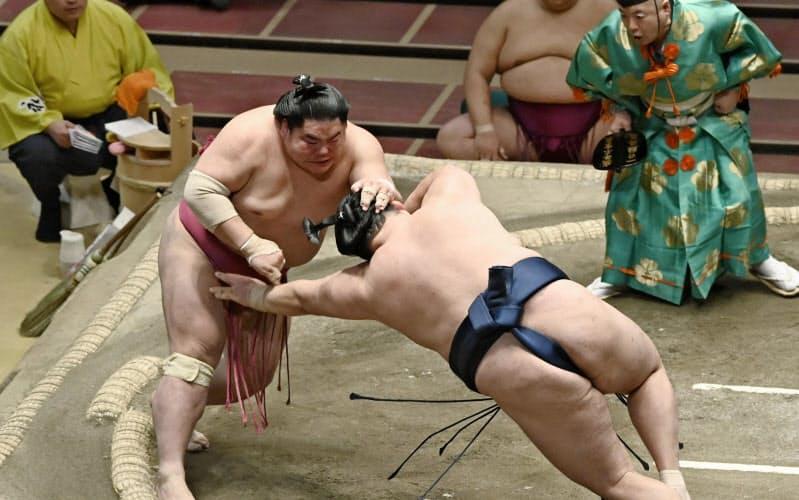 大栄翔(左)がはたき込みで玉鷲を破る(23日、両国国技館)=共同