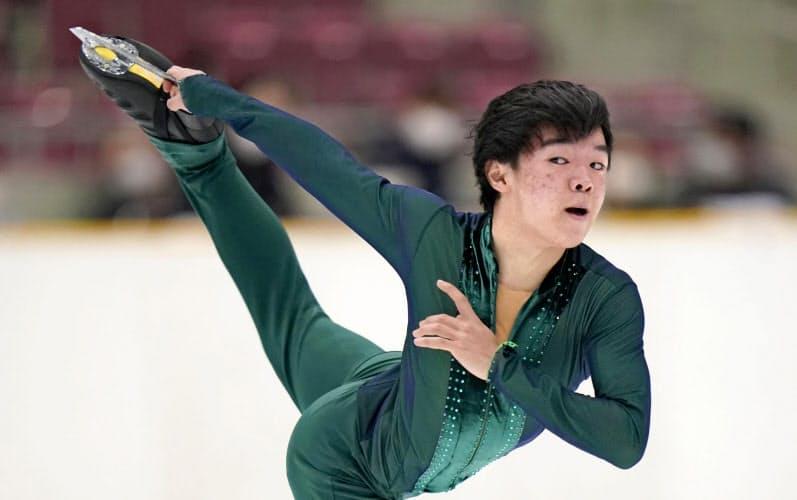 フィギュア男子で優勝した星槎国際横浜・鍵山優真のフリー(23日、長野市ビッグハット)=共同