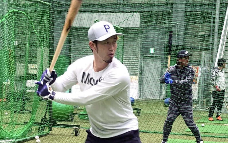 打撃練習する西武・外崎(24日、埼玉県所沢市)=球団提供・共同
