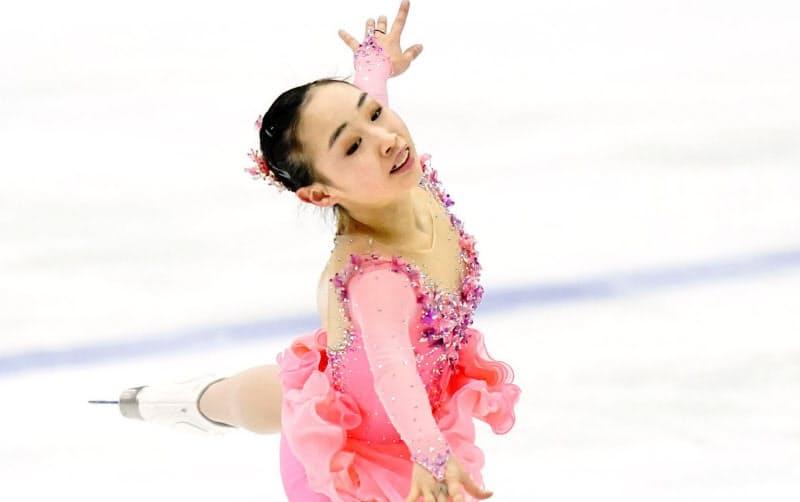 フィギュア女子で優勝した中京大中京・松生理乃のフリー(24日、長野市ビッグハット)=共同