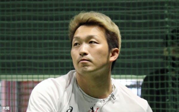 自主練習を公開した広島の鈴木誠(25日、マツダ)=共同