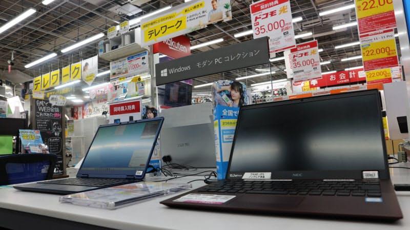 テレワーク特需でパソコンの販売が増えた(家電量販店のパソコン売り場)