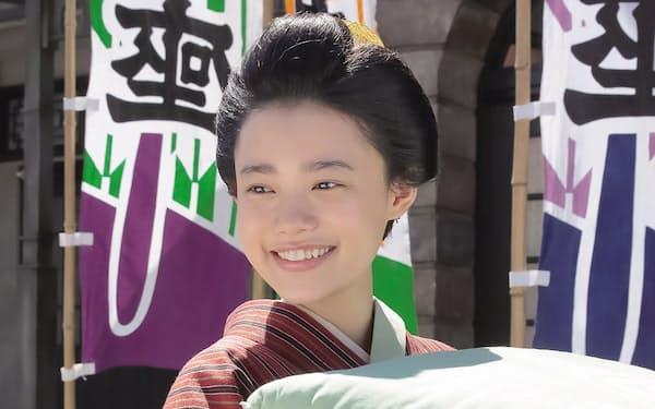 主役の竹井千代を演じる杉咲花。千代役の杉咲花はオファーによる起用。19年の11月から大阪に通い、地元の言葉を習得したという