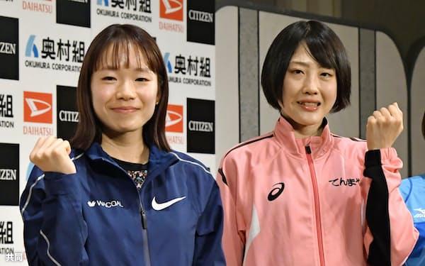 記者会見を終え、ポーズをとる一山麻緒(左)と前田穂南(29日、大阪市)=共同