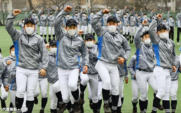 出場が決まり、喜ぶ中京大中京の選手たち(29日、名古屋市)=代表撮影・共同
