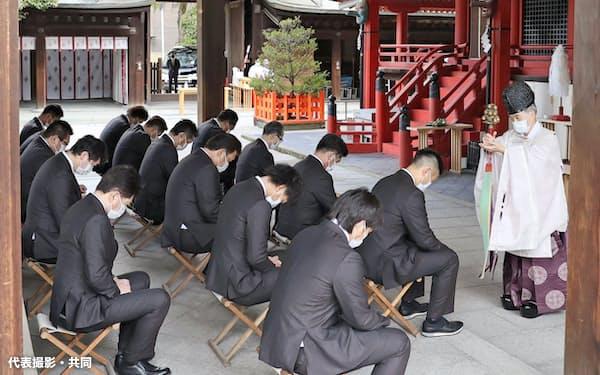 筥崎宮で必勝祈願するソフトバンクの選手ら(30日午前、福岡市)=代表撮影・共同