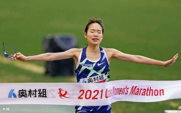 2時間21分11秒で初優勝した一山麻緒(31日、ヤンマースタジアム長居)=共同