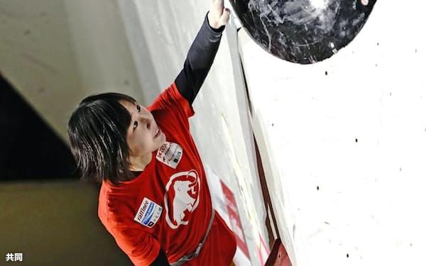 女子決勝で第3課題に挑む森秋彩。全4課題を完登し優勝した(31日、駒沢屋内球技場)=共同