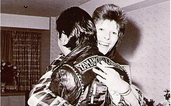 山本寛斎さんとデビッド・ボウイ(右)は家族ぐるみで交流を続けた(撮影は鋤田正義さん)