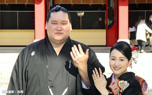 ツェグメド・ドルジハンド夫人(右)と挙式し、結婚指輪を見せる関脇照ノ富士(11日、東京都江東区の富岡八幡宮)=代表撮影・共同