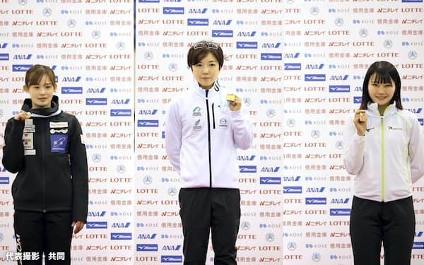 女子500メートルの表彰式でメダルを手にする、優勝した小平奈緒(中央)、2位の郷亜里砂(左)、3位の稲川くるみ(11日、エムウエーブ)=代表撮影・共同