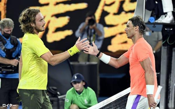男子シングルス準々決勝でラファエル・ナダル(右)を破り、握手を交わすステファノス・チチパス(17日、メルボルン)=ロイター