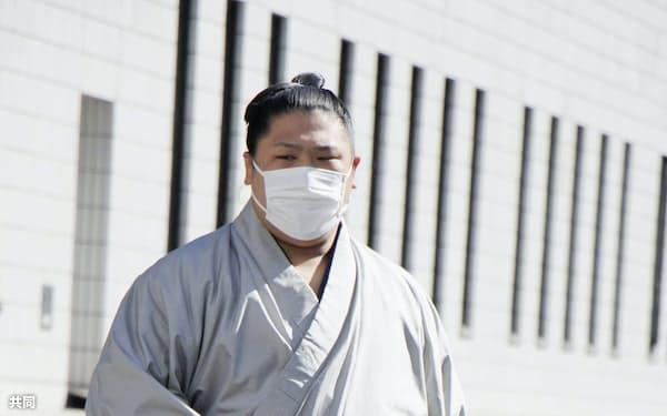 健康診断を終え、引き揚げる若隆景(19日、東京・両国国技館)=共同