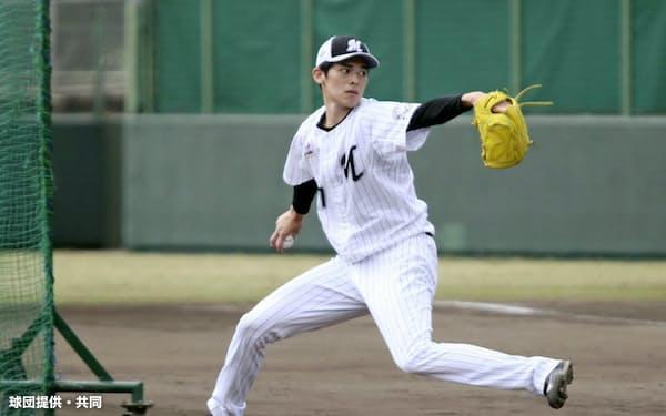 打撃投手を務めたロッテ・佐々木朗(19日、石垣)=球団提供・共同