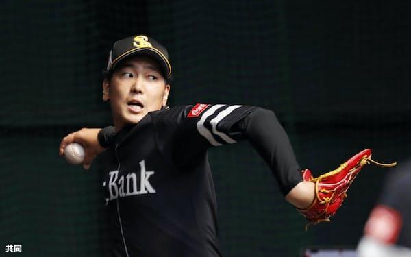 ブルペンで投球練習するソフトバンク・石川(16日、宮崎市)=共同