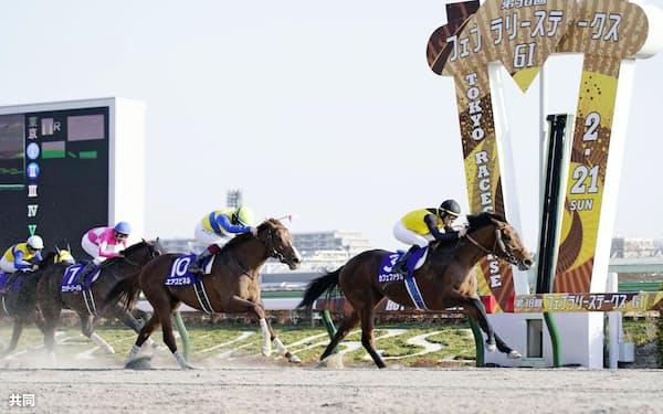 フェブラリーステークスで(先頭から)優勝したカフェファラオ、2着のエアスピネル、3着のワンダーリーデル(21日、東京競馬場)=共同