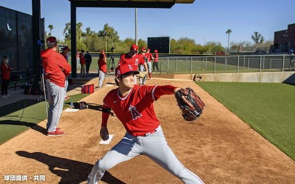 ブルペンで投球練習するエンゼルス・大谷(21日、テンピ)=球団提供・共同