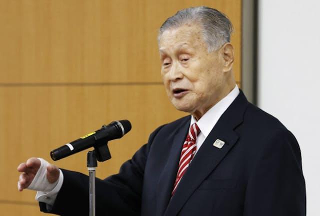 失言が炎上して会見で謝罪した森喜朗氏。赤と白のストライプタイは謝罪の場にふさわしいのか(2月4日、東京都中央区)