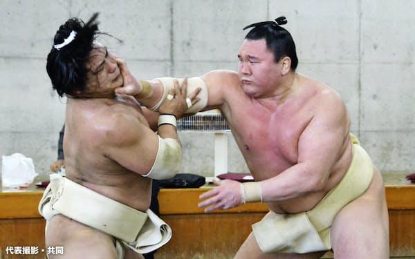 合同稽古で若隆景(左)と相撲を取る白鵬(24日、両国国技館内の相撲教習所)=代表撮影・共同