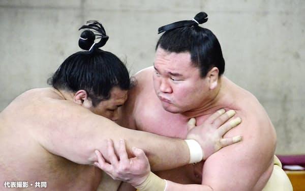 合同稽古で阿武咲(左)と相撲を取る白鵬(25日、両国国技館内の相撲教習所)=代表撮影・共同