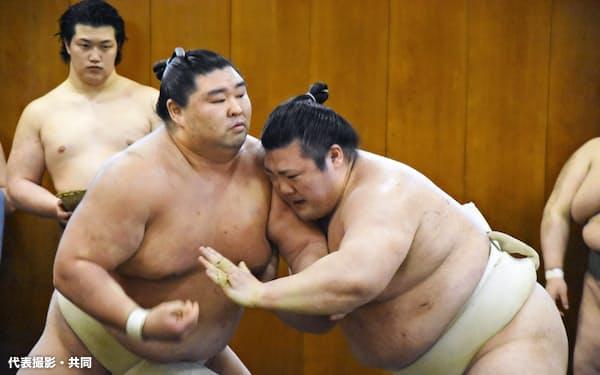 相撲を取る正代(左)と豊山(25日、東京都墨田区)=代表撮影・共同