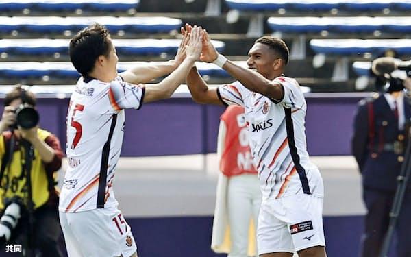 福岡―名古屋 後半、自身2点目のゴールを決め、稲垣(左)と喜ぶ名古屋・マテウス(28日、ベススタ)=共同