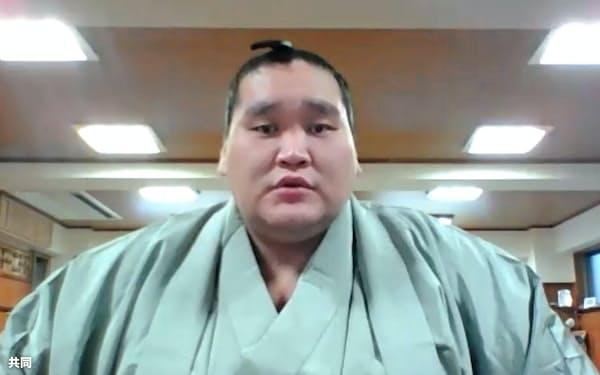 オンラインで記者会見する照ノ富士(1日)=共同