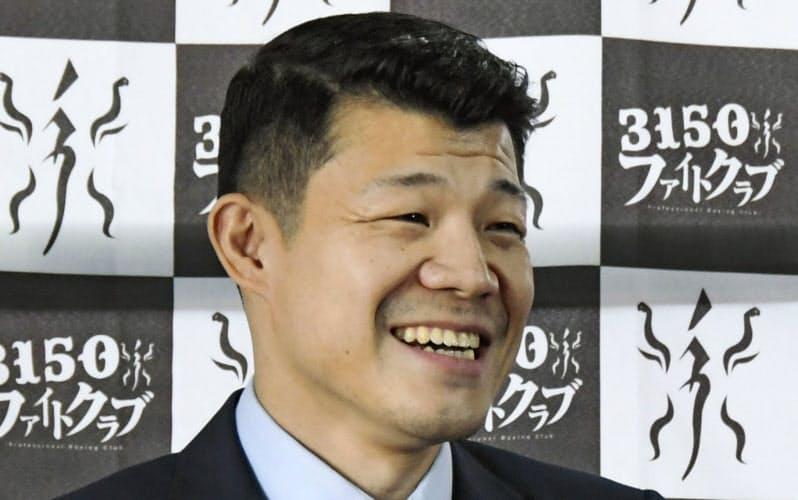 記者会見でジム開設を発表し、笑顔を見せる亀田興毅氏(1日、大阪市)=共同