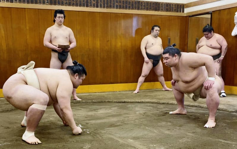 時津風部屋での稽古で豊山(左)と相撲を取る正代(2日、東京都墨田区)=日本相撲協会提供・共同