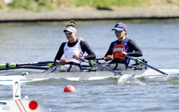 アジア・オセアニア予選出場が決まった大石(左)、冨田組(3日、戸田漕艇場)=共同