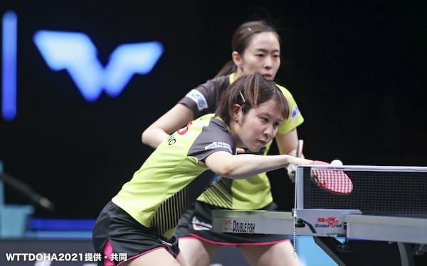 スターコンテンダー第1戦、女子ダブルス決勝でプレーする平野(手前)と石川(13日、ドーハ)=WTTDOHA2021提供・共同