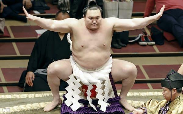 大相撲春場所の初日を迎え、土俵入りする横綱白鵬(14日午後、東京・両国国技館)=共同